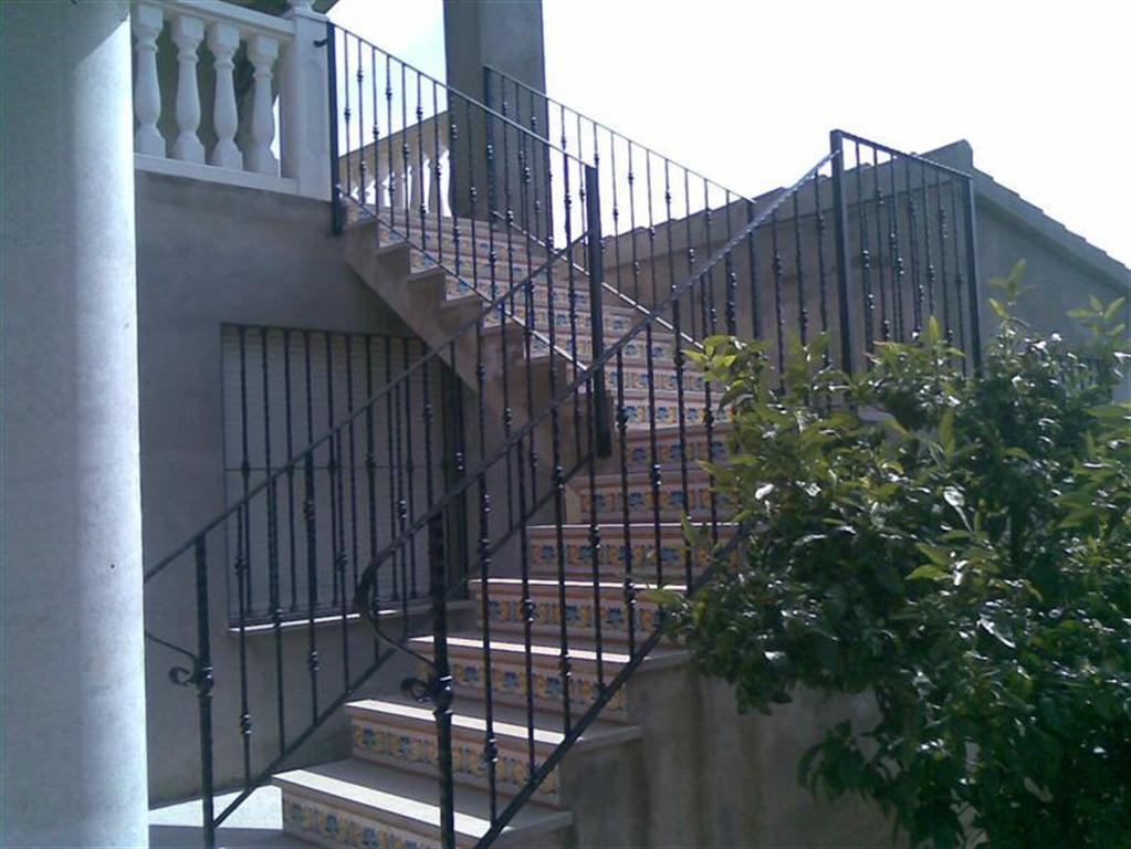 Cerrajer a gil carpinter a de hierro y aluminio vall d for Barandilla escalera exterior