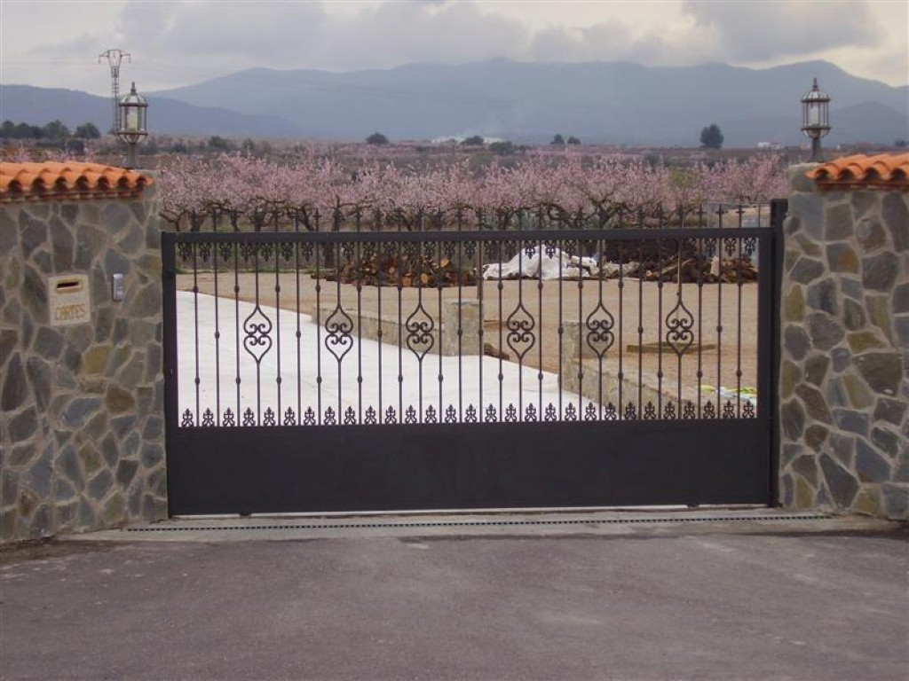 Cerrajer a gil carpinter a de hierro y aluminio vall d for Puertas correderas de forja
